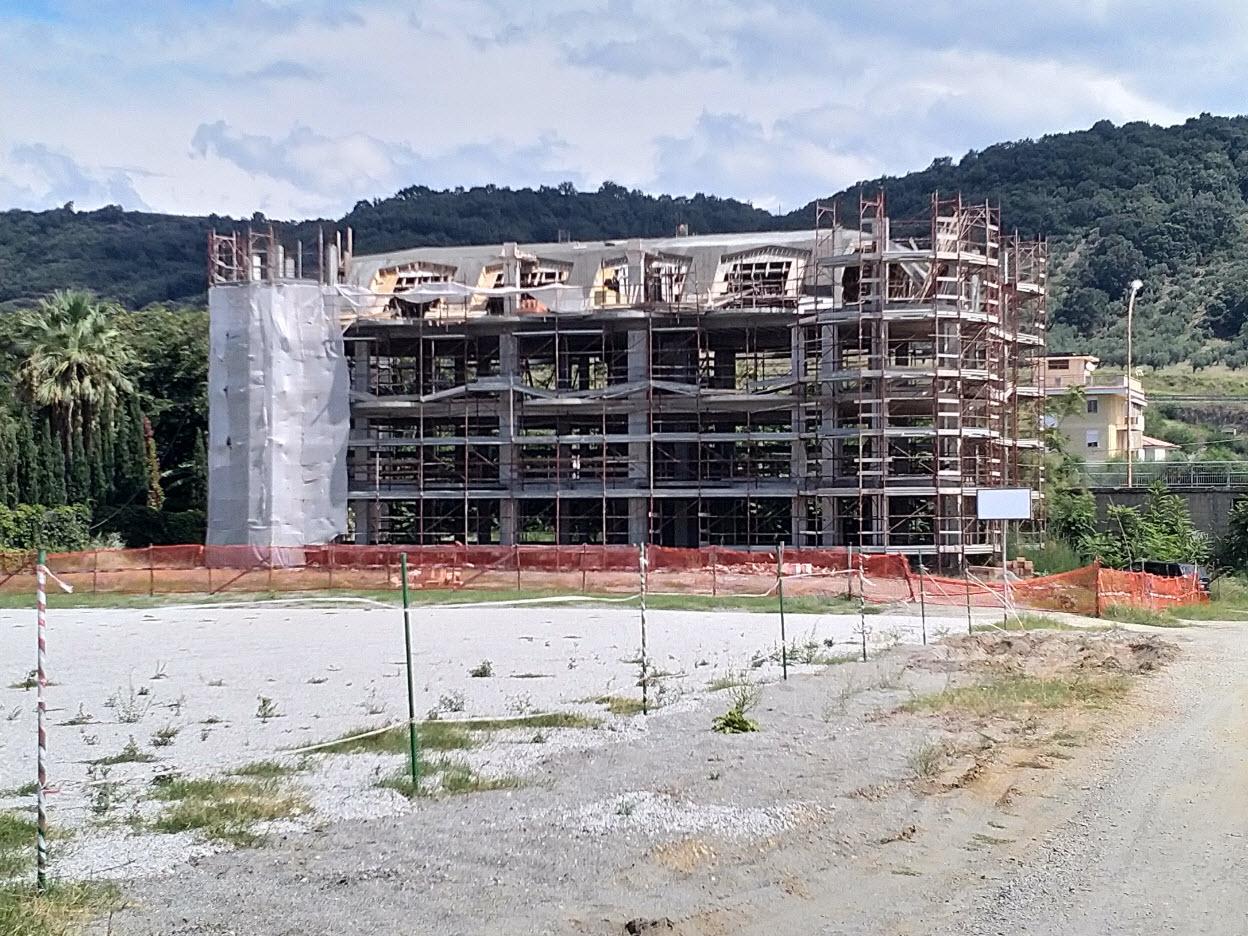 Vista esterna della costruzione verso l'entroterra - Outside view of the building toward the country